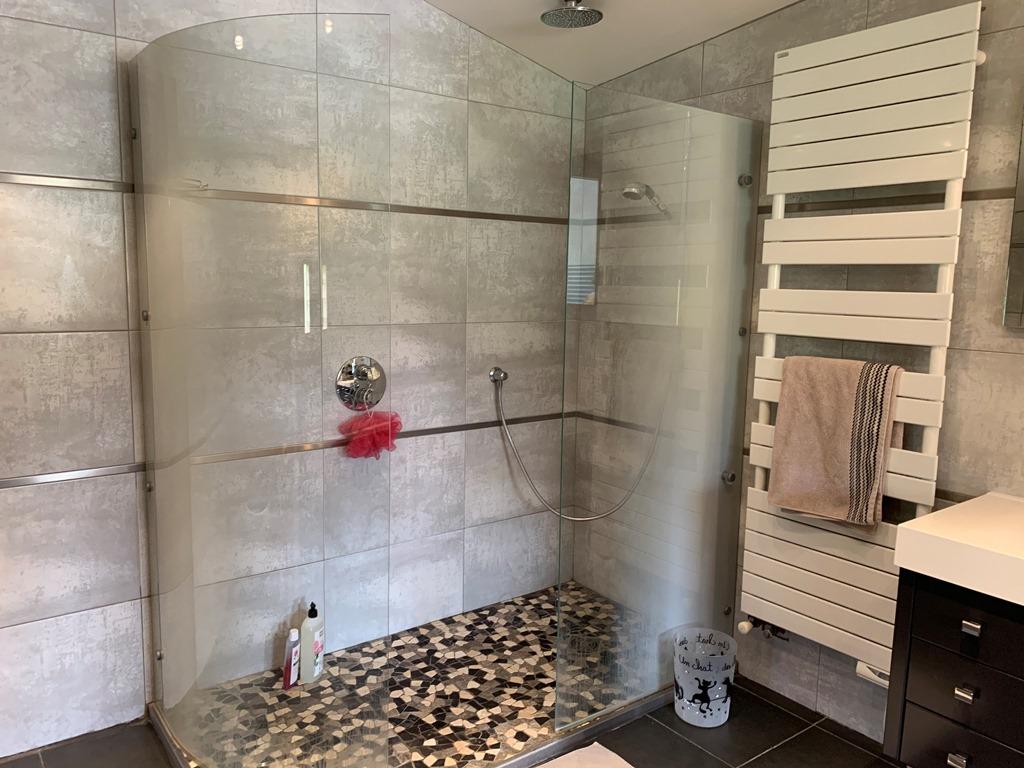 Chambre Cloé avec sa douche à l'italienne en galets antidérapants