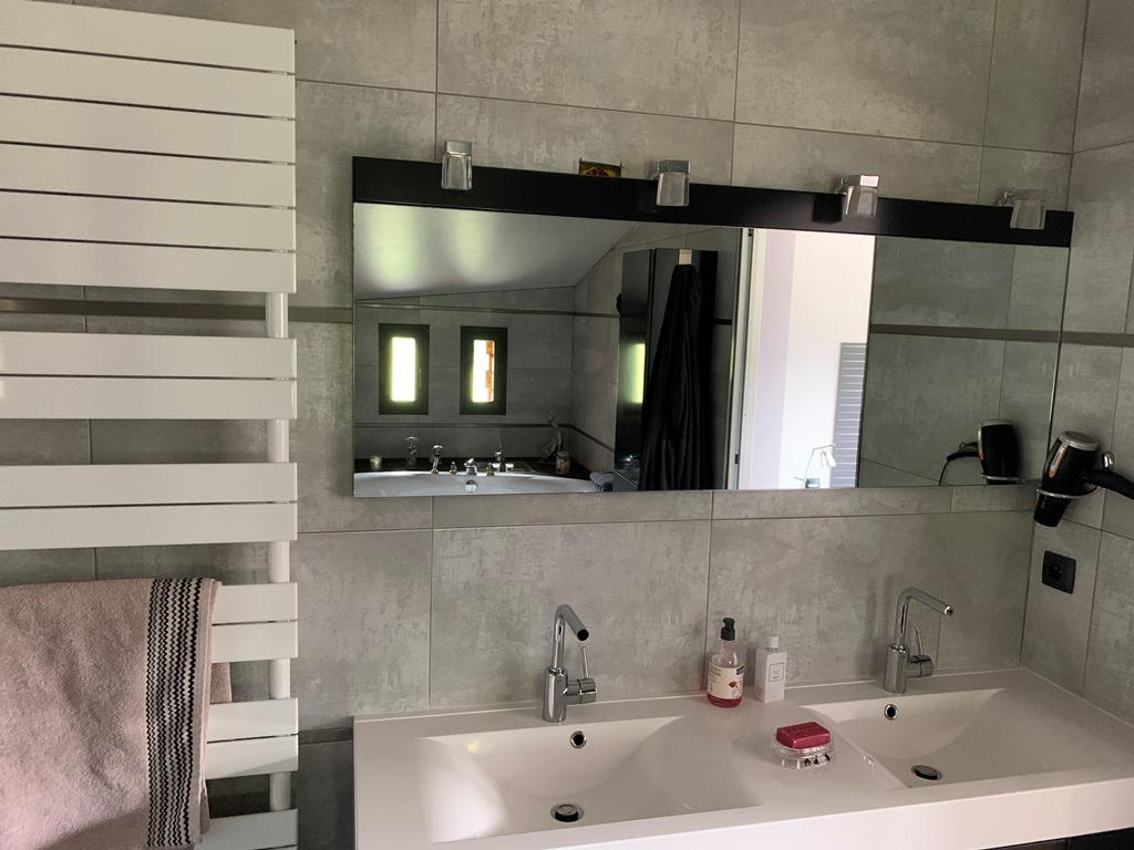 Chambre Cloé avec sa salle de bain avec double vasque, baingoire ovale et douche à l'italienne